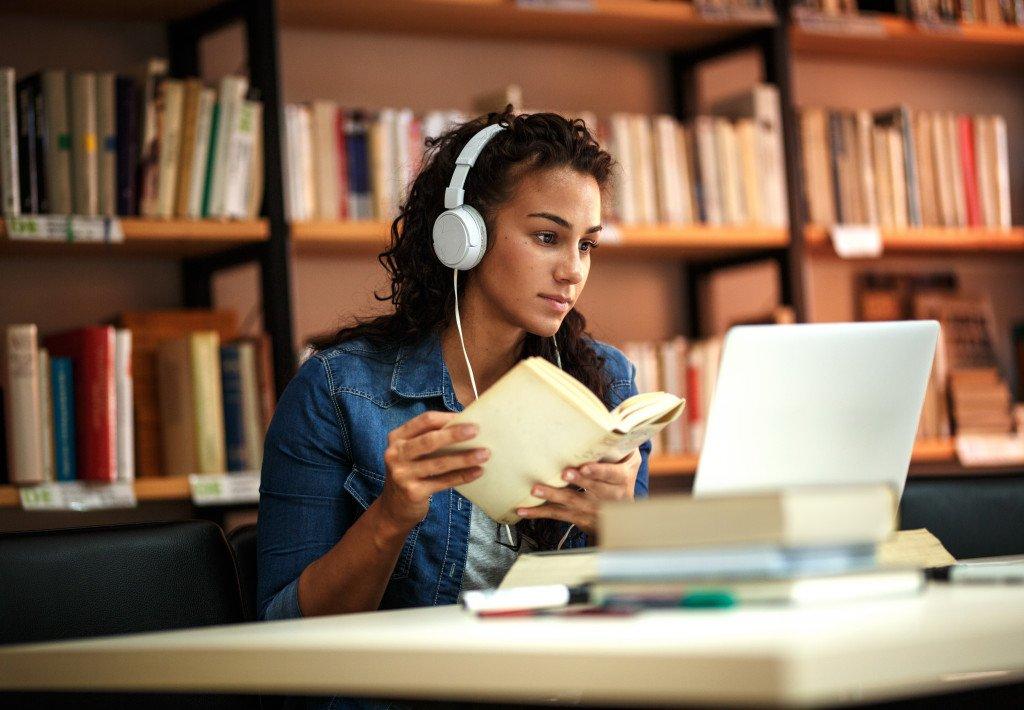 teen doing online classes